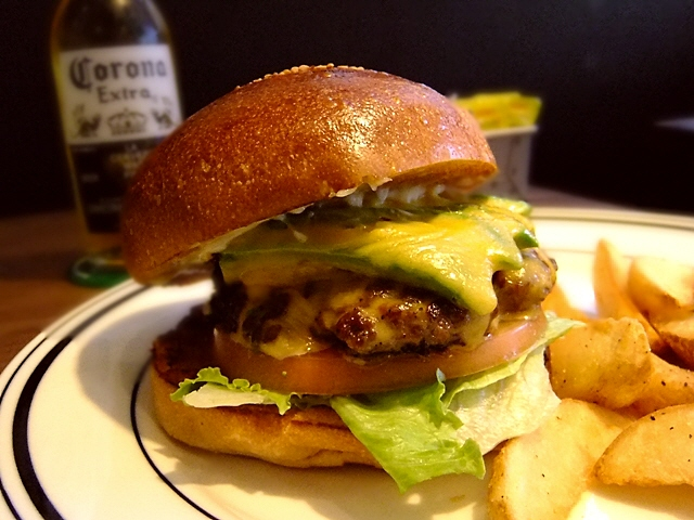 バンズもパティもハイレベルの激ウマハンバーガー  西心斎橋  「Critters Burger(クリッターズバーガー)」