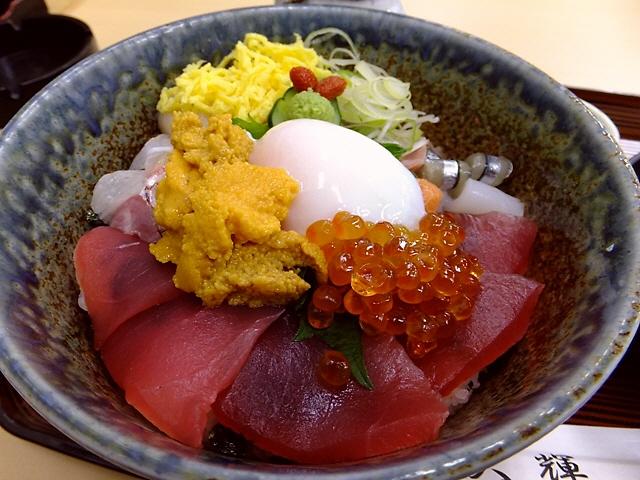 市場内で贅沢でお得な海鮮丼をいただきました 大阪中央卸売市場 「大輝」