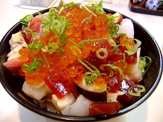 ご飯よりも魚介の方が多い名物海鮮丼!  天神橋4丁目  「うをひろ」