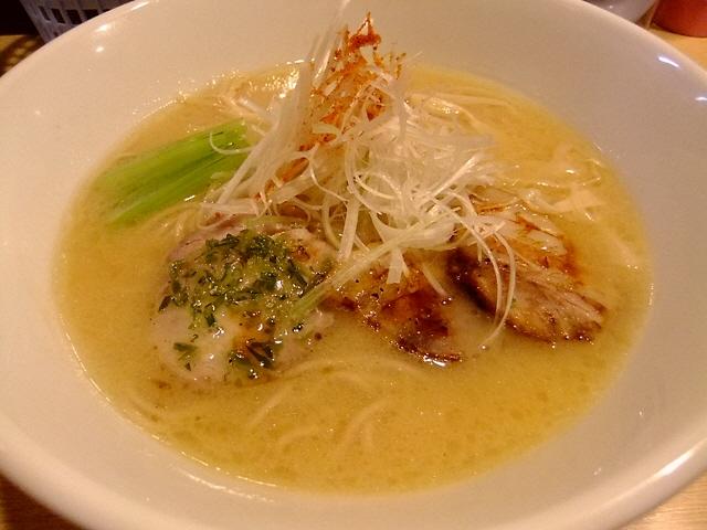 鶏豚骨の上品で深みのある味わいです  心斎橋  「麺処 維新」