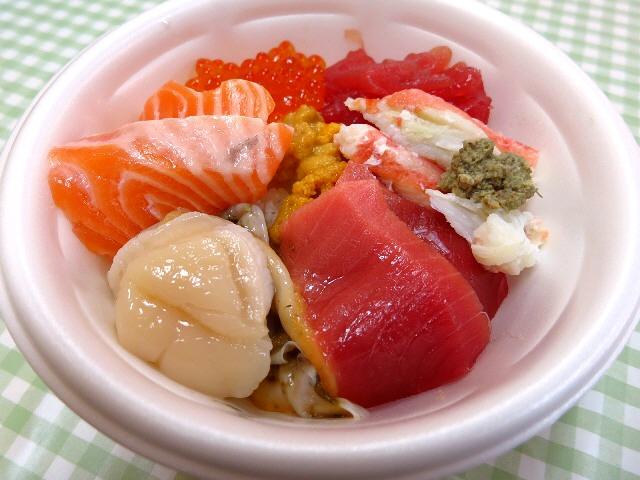 青森名物のっけ丼!ワクワクさせていただける楽し過ぎる丼です(^^  青森県  「青森魚菜センター」
