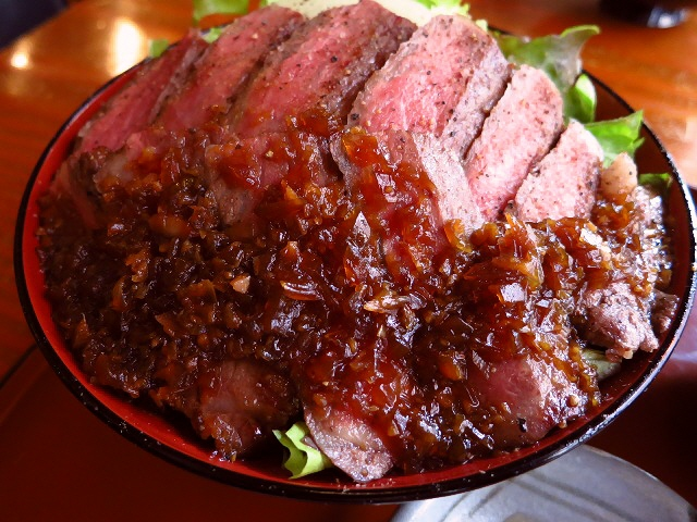 肉質最高!ボリューム満点!超お値打ちの肉重!  なんば  「DINING あじと」