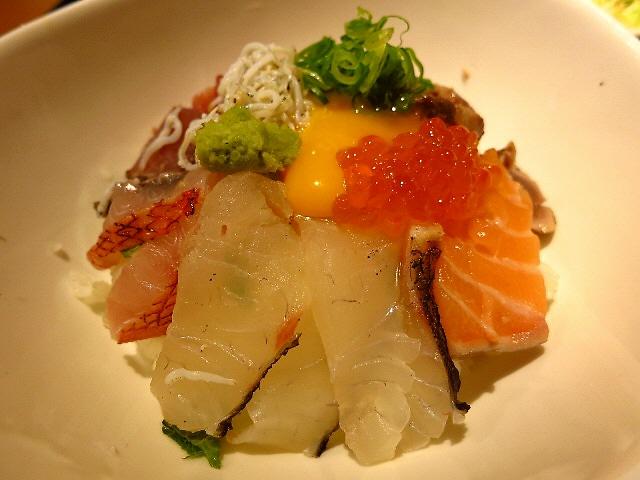 これはお得!たっぷり鮮魚と卵の海鮮丼!  大阪駅前第3ビル  「魚屋UOMO & Bar SHRIMP」