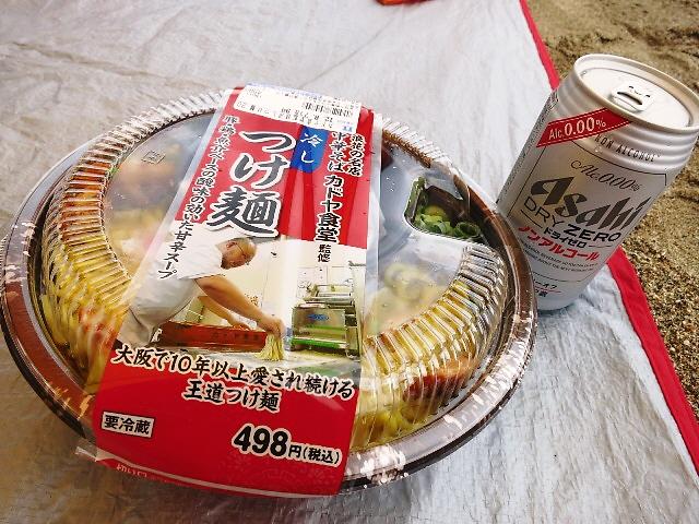 コンビニで買える名店の本格冷やしつけ麺を持って海水浴に行ってきました(^^