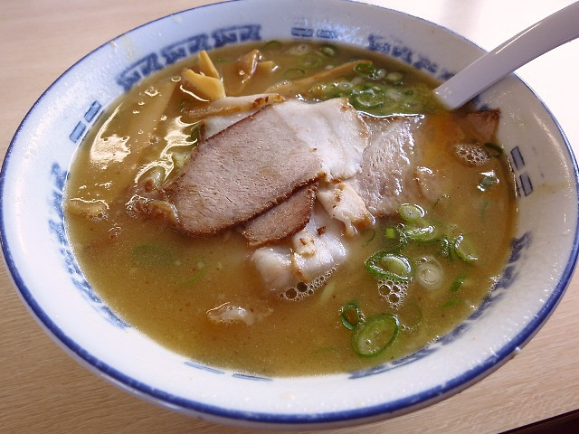 奇をてらわない鶏魚介スープは癖になる味わいです!  兵庫県  「ほうれんそう」