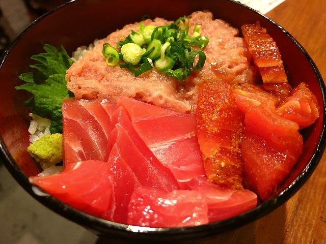ボリューム満点!豪快で新鮮な海鮮丼がリーズナブルにいただけます!  西天満  「中央卸売市場 鮪屋三代目 鮪人」