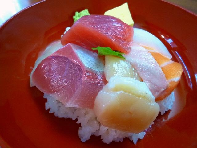 立ち飲み屋さんとは思えないクオリティの高い海鮮丼に出会いました!  西天満  「ととまる」