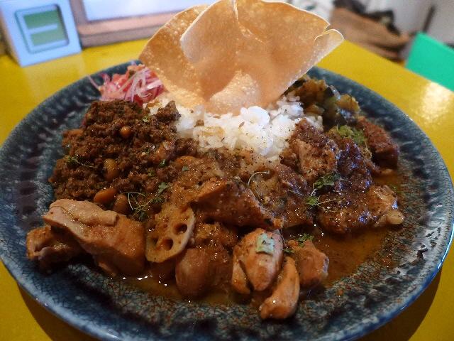 スリランカのカレー修行でさらにさらにパワーアップした混ぜ混ぜカレーた楽しめます!  裏谷四  「currybar nidomi(カレーバー ニドミ)」