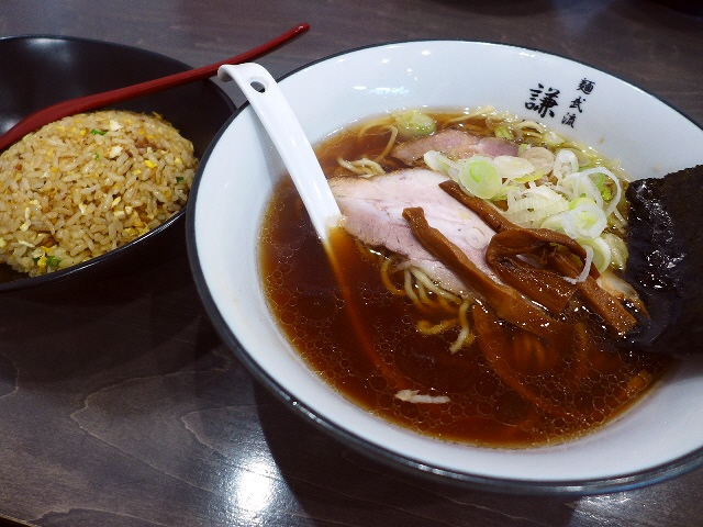 鶏と魚介と醤油のバランスが絶妙すぎる正統派醤油ラーメン!  豊中市  「麺武流 謙信」