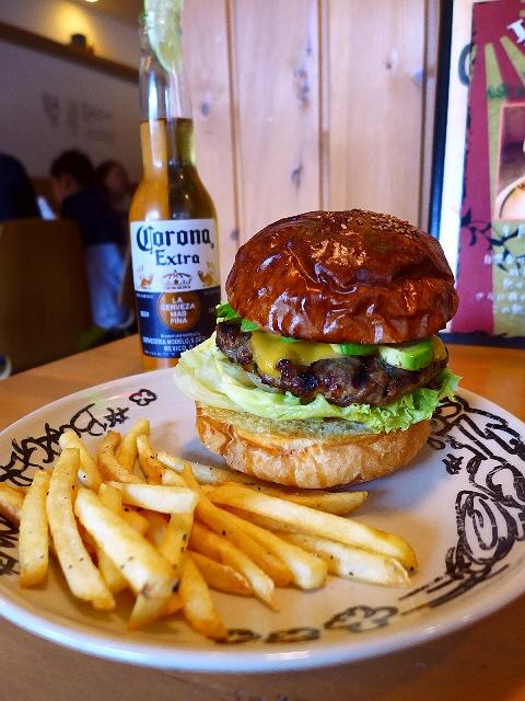 肉の旨味が濃厚なパティとサクッと香ばしいバンズが絶品の大人気ハンバーガー! 西区京町堀 「バーガリオン」