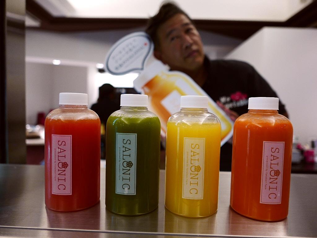 やなもり農園の野菜で作るコールドプレスジュースとボトルサラダのカフェがオープン! 北区堂島 「SALONIC」