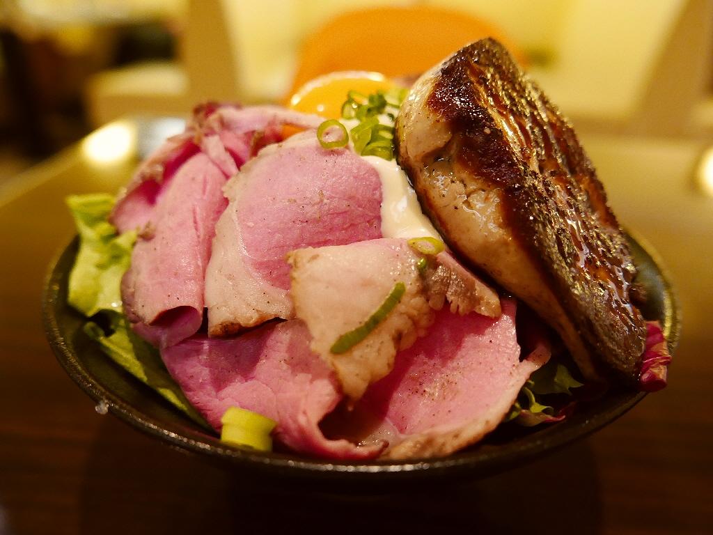 お洒落なカフェの大きなフォアグラが乗った本格ローストビーフ丼! 梅田 「バタフライ 茶屋町店」