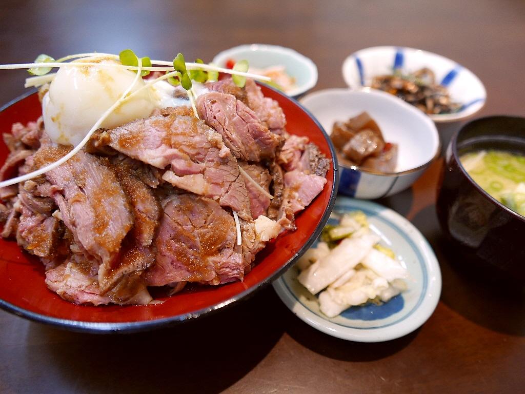 大好きなお惣菜屋さんの絶品おかずがたくさん付いたお値打ち過ぎるローストビーフ丼ランチ! 日本橋 「招福庵」
