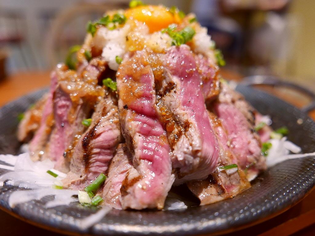 レアステーキ丼のメガ盛りは食べ応え満点です! 心斎橋 「リゾートキッチン ロイヤルハワイアン」
