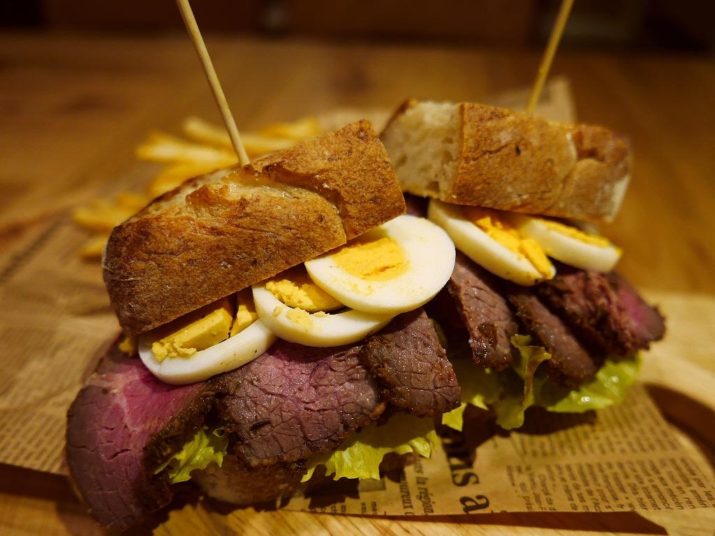 旨味が凝縮したパストラミがたっぷりの贅沢サンドイッチ! 南船場 「ブラザーズカフェテリア 南船場店」
