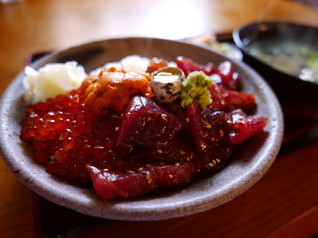 マグロの漬けと鮮度抜群の魚介類が乗った豪華な丼ランチ! 西区南堀江 「蔵ます」