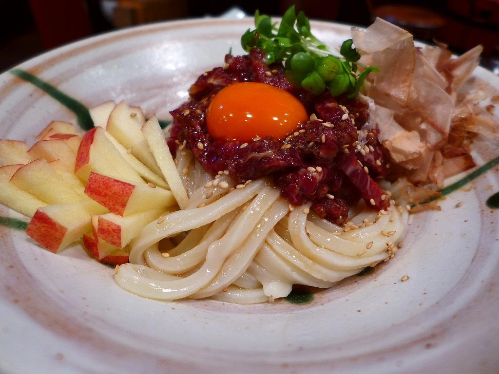 桜ユッケが乗った贅沢なうどんは感動的な美味しさです! 四條畷市  「楠公二丁目 活麺富蔵」