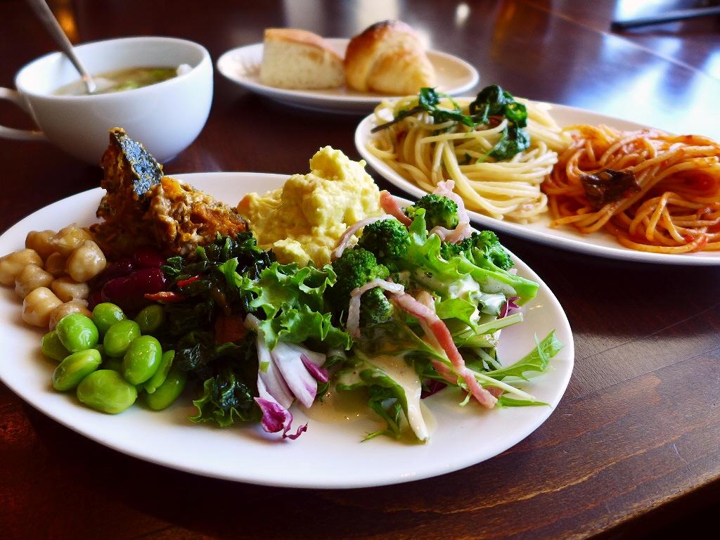 こだわり野菜のサラダ、パスタ、スープ、パンのバイキング付お値打ちランチ! 浪速区 「オルケスタ」