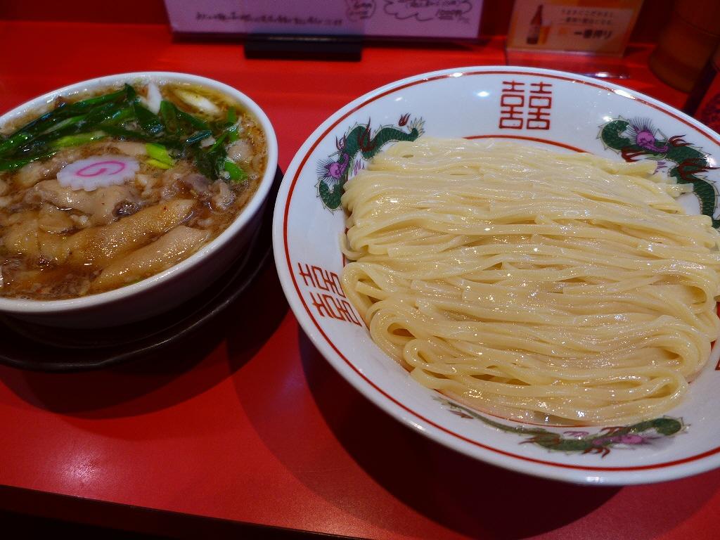 画像2: 本日のランチは西区新町にあるラーメン屋さん「カドヤ食堂」に行きました。もはや説明不要の大阪を代表する大人気店です。今日はここに行く前から、「つけそば」にするか「カレー中華」にするか迷いに迷っていたのですが・・・「つけそば... emunoranchi.com