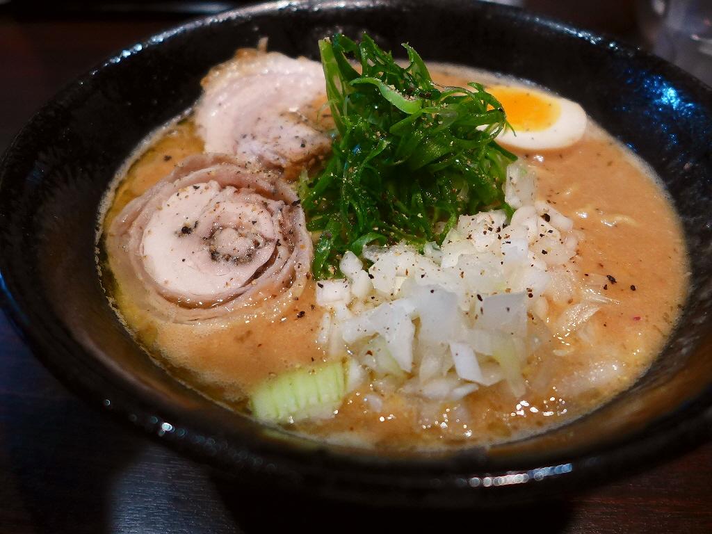 鶏×鶏×鶏の超濃厚鶏白湯は旨みたっぷりで鶏好きにはたまらない味わいです! 西区靭本町 「大杉製麺 本町店」