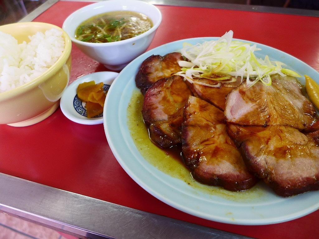 食べごたえ満点の巨大肉厚の名物焼ぶたはご飯との相性が抜群です! 西宮市 「定食ひるま」