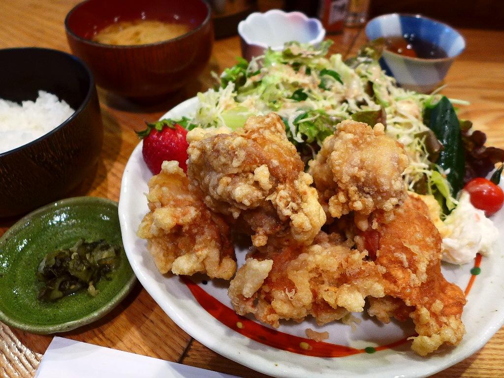 画像2: 本日のランチは福島区にある居酒屋「うえ河」に行きました。通常では絶対に通らないような細い路地裏でひっそりと営業している居酒屋さんのランチが素晴らしくお値打ちという事で、グルメのGさんに連れて行っていただきました。9種類用... emunoranchi.com