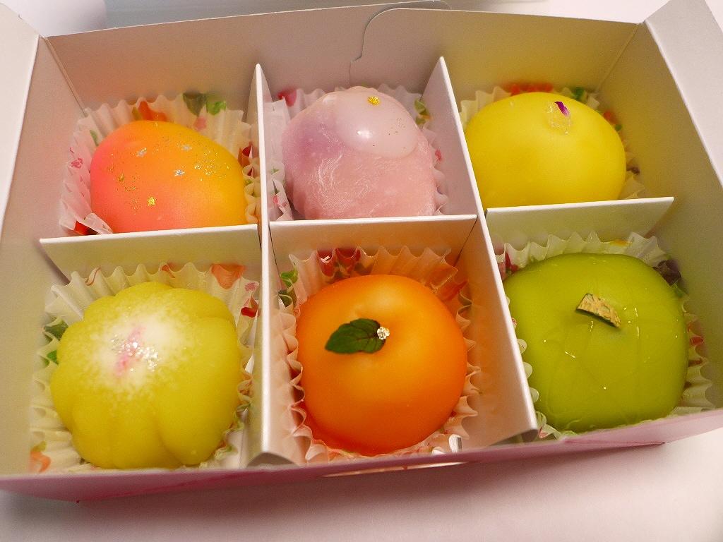 画像2: 吹田市にある和菓子屋さん「松竹堂」に行って、大好きな「フルーツ餅」(6個1500円税別)を久しぶりに購入しました!大福餅の中に様々なフルーツが入って、見た目にもとても可愛らしくて、さらに食べると感動的に美味しくて、とにか... emunoranchi.com