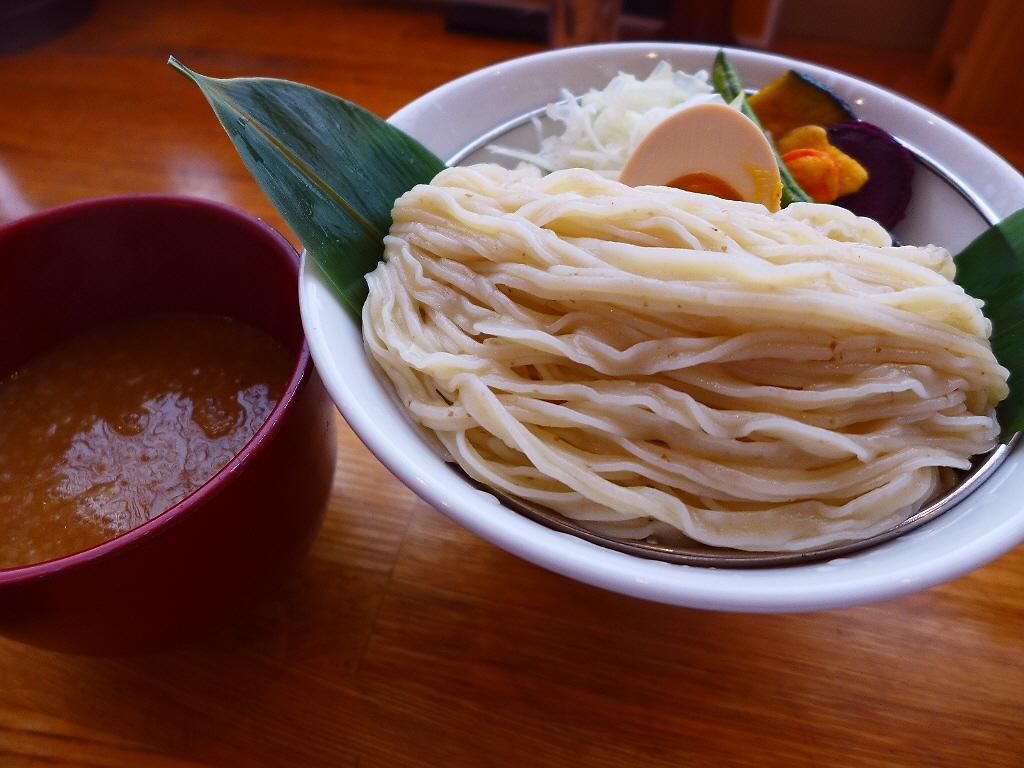 画像2: 本日のランチは東心斎橋にあるつけ麺専門店「帰ってきた宮田麺児」に行きました。つけ麺王子のシャンプーハットてつじさんプロデュースのお店が今年2月に復活オープンして、やっと行ってきました!つけ麺のメニューは、つけ汁は1種類の... emunoranchi.com