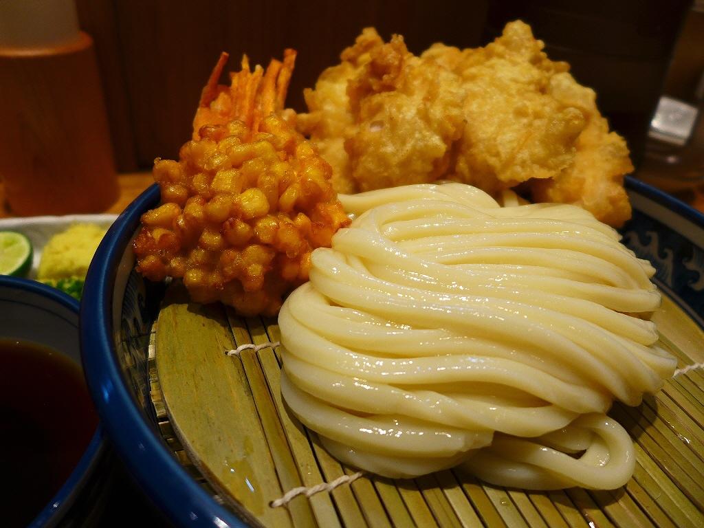 画像2: 本日のランチは梅田にあるうどん屋さん「釜たけ流 うめだ製麺所」に行きました。言わずと知れた、なんばの名店「釜たけうどん」のたけちゃんプロデュースのうどん屋さんです!仕事の関係でお昼にランチに行く時間が全く無く、16時過ぎ... emunoranchi.com