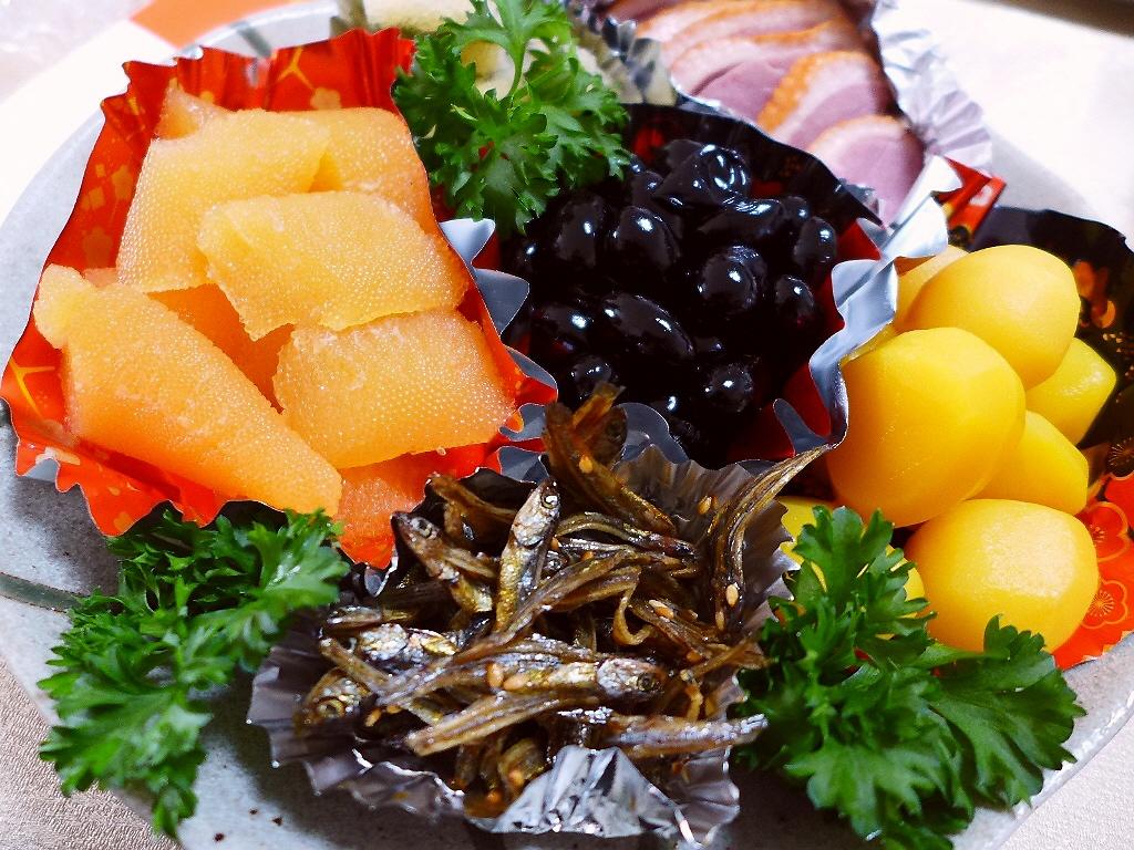 実家での毎年恒例のおせちと美味しい魚介をいただきながら今年もよく飲みました(^^ @実家
