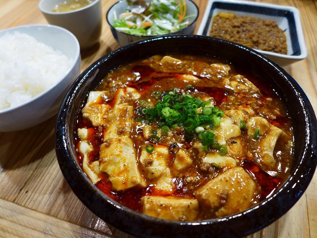 パンチ力のあるコクと旨みの塊の猛烈に旨い麻婆豆腐とスパイシーなキーマカレーは満足感が高すぎます! 天神橋1丁目 「林家α(ハヤシヤアルファ)」