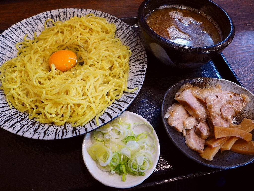 黄金の熱盛りの麺に黄金の卵を絡めて食べる大阪流つけ麺のお店がオープンしました! 東成区中本 「金の玉子」