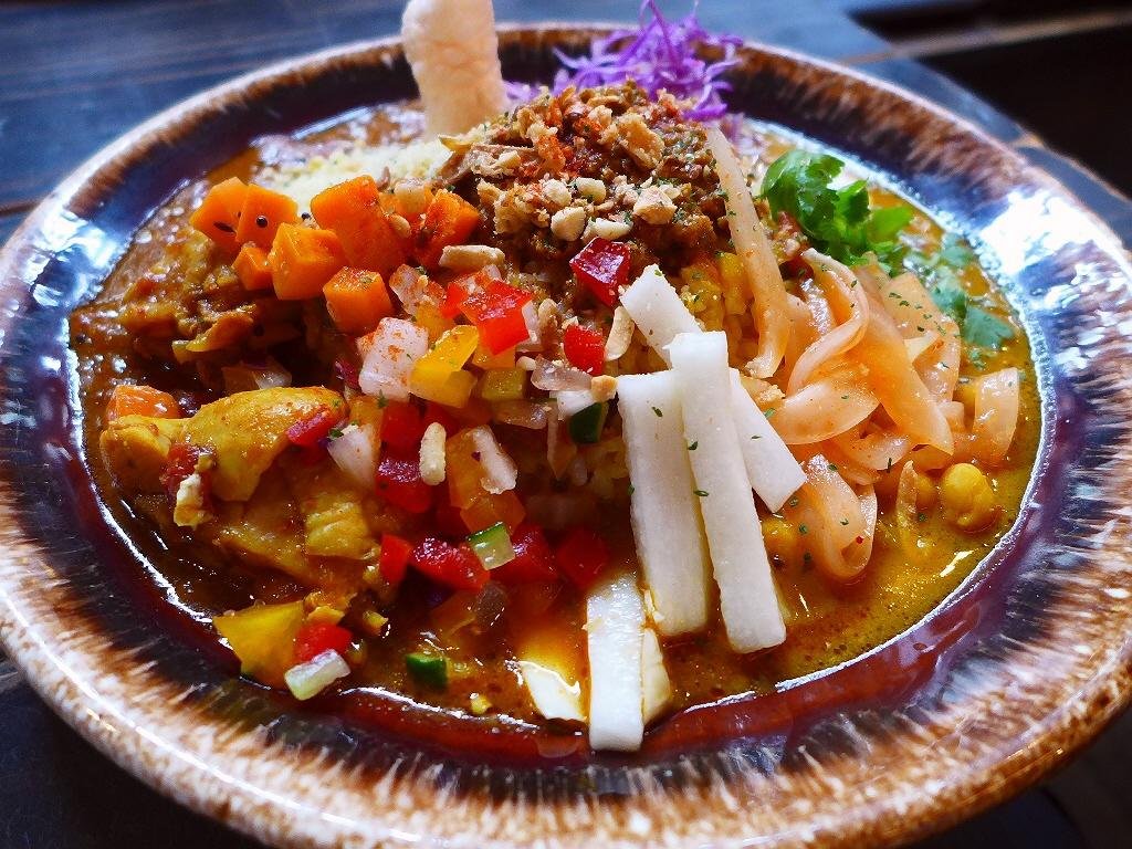 画像2: 本日のランチは福島区にあるカレー専門店「スパイスカリー大陸」に行きました。 もともと南森町で営業されていたカレー屋さんが閉店されて、店主さんが世界中を放浪されて辿り着いたカレーが、「芥川珈琲」というカフェで間借り営業で食... emunoranchi.com