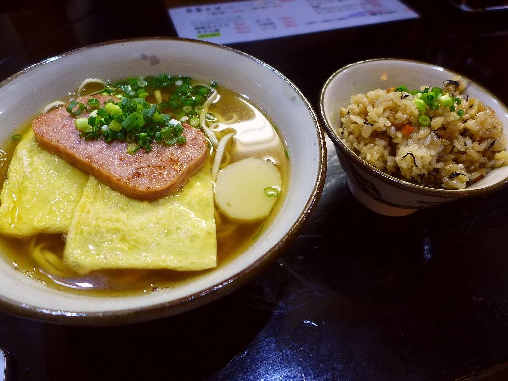 画像2: 本日のランチは福島区にある沖縄そばの専門店「沖濱そば」に行きました。 かなり以前に行ったきりでしたが、ここの沖縄そばと炊き込みご飯のじゅーしーの美味しさが忘れられず、とても久しぶりに行ってきました! 「ポー玉そば」(67... emunoranchi.com