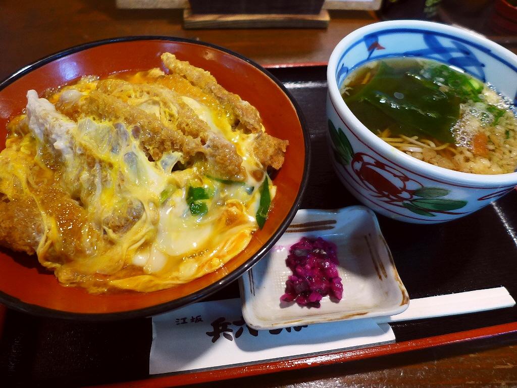 画像2: 本日のランチは江坂にあるお蕎麦屋さん「江坂蕎麦処 兵六そば」に行きました。 「お蕎麦屋さんのかつ丼は旨い」という勝手な持論があり、今日はどうしてもお蕎麦屋さんのかつ丼が食べたくなってこちらに行ってきました! 「かつ丼」(... emunoranchi.com