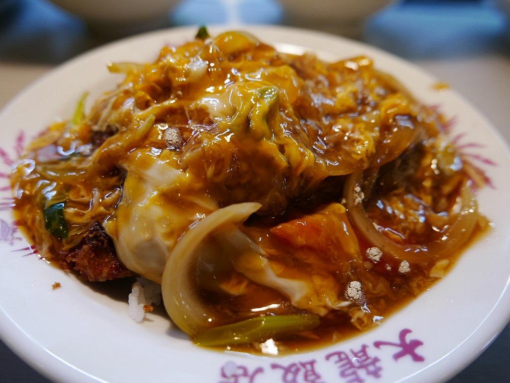 旨みたっぷりの中華風カツ丼はちょっとジャンクで病みつき系の味わいです! 東大阪市 「大龍飯店」