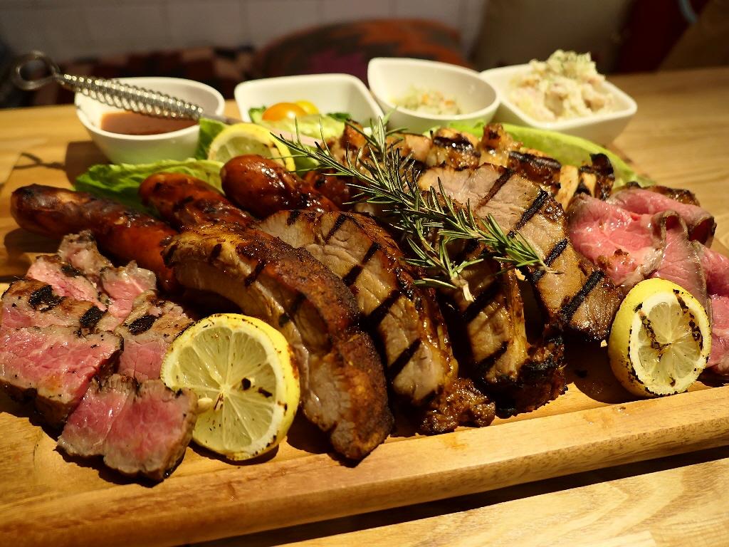 梅田のど真ん中でグランピング気分を楽しみながら豪快に美味しいお肉がいただけます! 梅田 「Meat Camp (ミートキャンプ)」