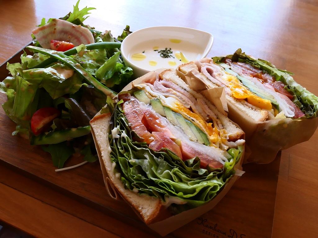 ゆったりとした空気の流れる居心地抜群のカフェで野菜がたっぷり摂れるボリューム満点のわんぱくサンド! 福島区 「CAFE BEATO」