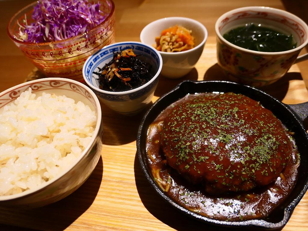 しっかり煮込まれたトロトロのハンバーグと美味しいお惣菜のお値打ちランチセット! 心斎橋 「Natural Sapple(ナチュラル・サプリ)」