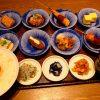 揚げたて熱々の串カツとお惣菜がちょこちょこたくさん食べられるお得で満足感がとても高い彩りご膳! 京都 「串かふぇ 凡凡屋」