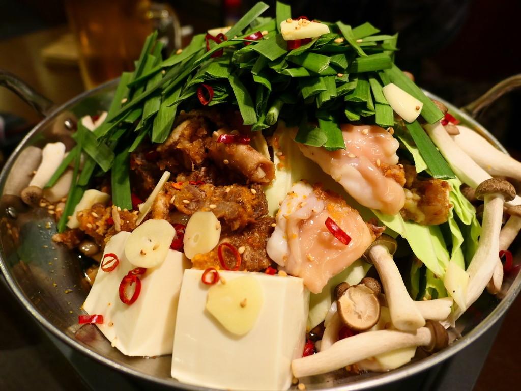 一度食べたら間違いなく病み付きになるほど美味しすぎるホルモン煮込み入りの絶品もつ鍋! 京橋 「京橋酒場 情熱ホルモン」