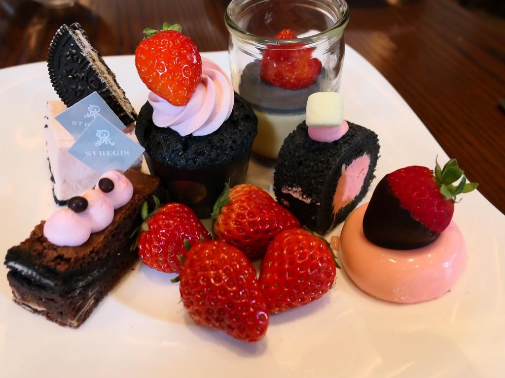 イチゴのピンクと活性炭の黒がテーマのストロベリーブッフェ! セントレジスホテル大阪 「フレンチビストロ ル ドール」