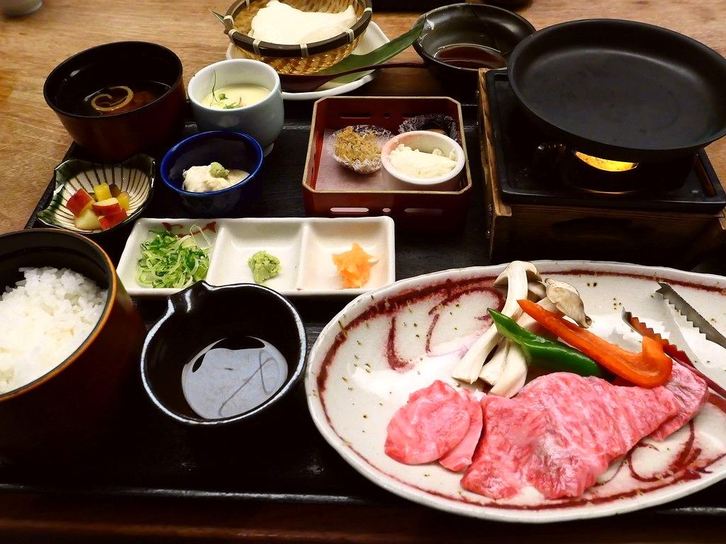 """築100年以上の元酒蔵の雰囲気抜群の空間で京都の老舗お肉屋さん """"モリタ屋"""" のお得すぎるお肉ランチがいただけます! 京都市伏見区 「月の蔵人」"""