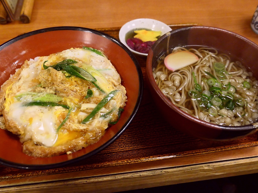 思わず唸ってしまうほどのお出汁がよ~く効いたきつね丼と蕎麦のセットは満足感が高すぎます! 福島区 「福島やまがそば」