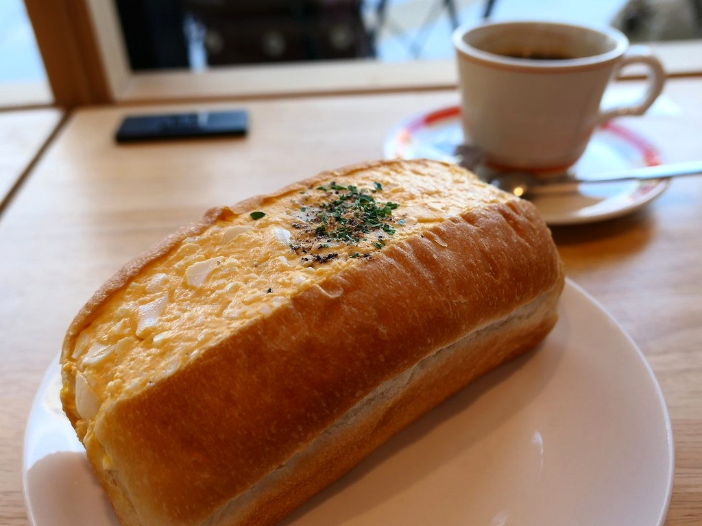 明るくおしゃれな雰囲気のカフェで迫力満点のたまごサンド! 南森町 「パンとエスプレッソと南森町交差点」