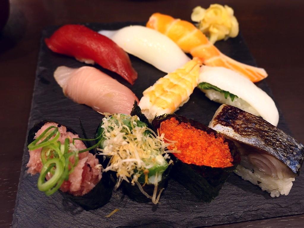 大きくて鮮度抜群のネタの立ち食い寿司のお得なランチセット! 大阪駅前第4ビル 「すしいち 大阪駅前第4ビル店」