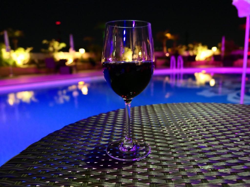 プールサイドの都会のオアシスで美味しい料理とお酒と抜群の雰囲気が楽しめるプールサイドビアガーデン! ホテルニューオータニ大阪 「プールサイドダイニング THE TERRACE」