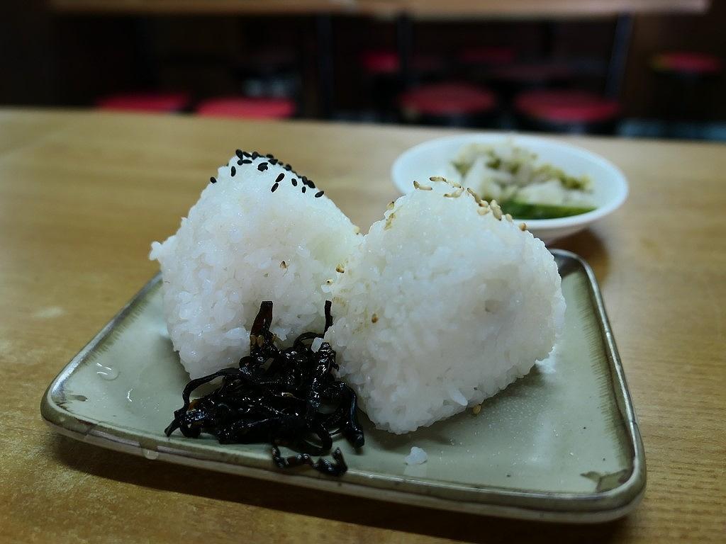 都会のど真ん中にある昭和の空気が流れる食堂のおにぎりに癒やされます。 南船場 「芦池更科」