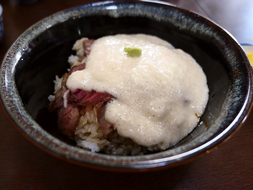 篠山の山の芋がたっぷり乗った名物牛とろ丼は飲みものでした(^^ 兵庫県篠山市 「大手食堂」