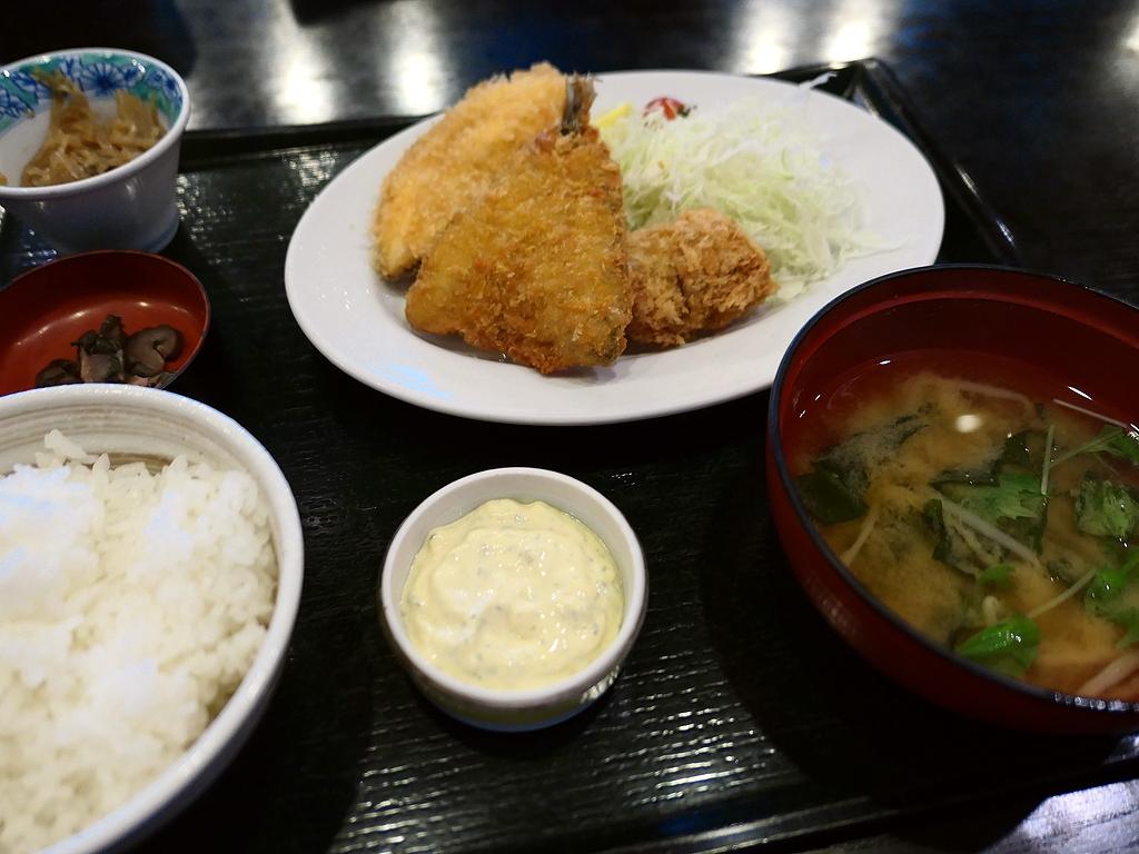 築地市場移転に伴って惜しまれながら閉店する人気海鮮料理店のアジフライは絶品でした! 築地市場内 「魚四季」